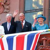 Tag 3  Die Queen hat Glück mit dem Wetter, in Frankfurt scheint die Sonne während sie und ihr Prinzgemhal vom Balkon des Rathauses dem Volk zuwinken.