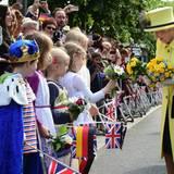 Tag 4  Königin trifft König. Verkleidete Kinder beschenken die Queen mit Blumen.
