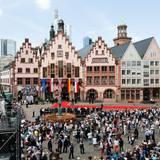 Tag 3  Frankfurt freut sich über den Besuch der König. Vor dem Rathaus versammeln sich die Menschen um einen Blick auf das Staatsoberhaupt zu werfen.