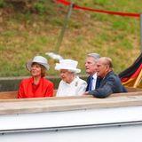 Tag 2  Unter der deutschen Flagge machen Queen Elizabeth und Prinz Philip mit Joachim Gauck und seiner Frau Daniela Schadt eine Bootstour auf der Spree.