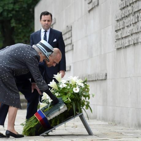 Tag 4  Im ehemaligen Konzentrationslager Bergen-Belsen legen Queen Elizabeth und Prinz Philip in Gedenken einen Kranz nieder.