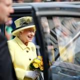 Tag 4  Am Brandenburger Tor verabschiedet sich die Queen nach ihrer 4-tägigen Reise vom Volk.