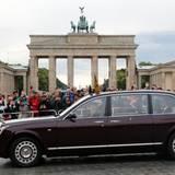 """Tag 1  Nach der Ankunft am Flughafen wird das englische Staatsoberhaupt mit dem eigenen, extra eingeflogenen Bentley zum Hotel """"Adlon"""" am Brandenburger Tor gefahren. Die deutschen Fans jubeln ihr und ihrem Mann Prinz Philip begeistert zu."""
