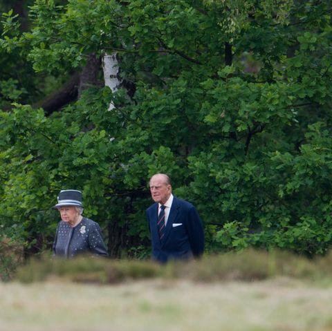 Tag 4  In dem bewaldeten Gebiet machen Queen Elizabeth udn ihr Prinzgemahl einen Spaziergang.