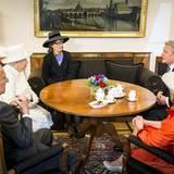Tag 2  Mit Hilfe einer Dolmetscherin unterhält sich das royale Paar mit dem Bundespräsidenten und seiner Gattin.