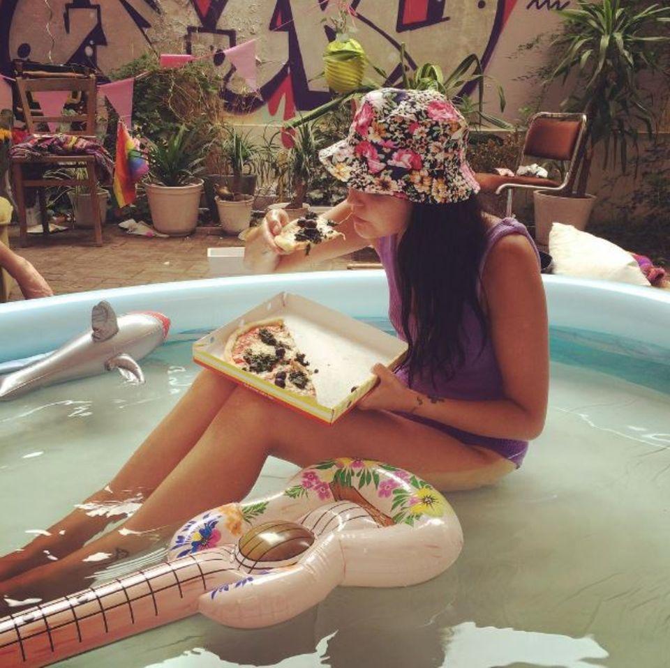 Bonnie Strange und ihr Service für Hitzegeplagte: Sie zeigt, wie man sein Essen derzeit am besten genießt - im Pool
