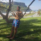 Wenigstens hat sich Lukas Podolski für seine Fitnessübungen bei Sommerhitze ein schattiges Plätzchen gesucht ... aber hoffentlich trinkt der Junge genug.
