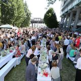 Weiß gedeckte Tische und Blumensträuße so weit das Auge reicht: Rund 1.600 Verlagsmitarbeiter genossen die sommerliche Feieratmosphäre am Baumwall.