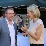 """Unter strahlendblauem Himmel kommt G+J-Chefin Julia Jäkel auch mit dem """"Stern""""-Chefredakteur Christian Krug ins Gespräch. Small Talks gehören schließlich auch zu jeder guten Party."""