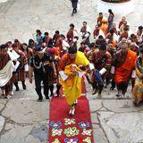 16. April 2016  König Jigme bringt seinen Sohn zur offiziellen Namensgebungszeremonie zum ersten Mal nach Punakha Dzong, das Regierungsviertel Punakhas. Der Kronprinz hört künftig auf den Namen Jigme Namgyel Wangchuck.