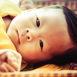 1. Mai 2016  Der kleine Kronprinz von Bhutan, Prinz Jigme, liegt und schaut aufmerksam in die Kamera. Das Maimotiv des offiziellen Königsbilder-Kalenders aus dem Zwergstaat zeigt den Sohn von König Jigme das erste Mal als zentrales Motiv.