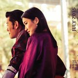 """Ein Bild, das die ungewöhnliche Beziehung des Königspaares aus Bhutan zeigt, das als """"Prinz und Prinzessin Charming"""" oder """"asiatische William und Kate"""" gefeiert wird: Im Gegensatz zu allem, was üblich ist, geben zeigen sich König Jigme und Königin Jetsun auch in der Öffentlichkeit vertraut, halten Händchen, zeigen Gefühle. Man glaubt den beiden, dass sie sich wirklich lieben - und deswegen werden auch sie innig geliebt von Fans in ganz Asien."""