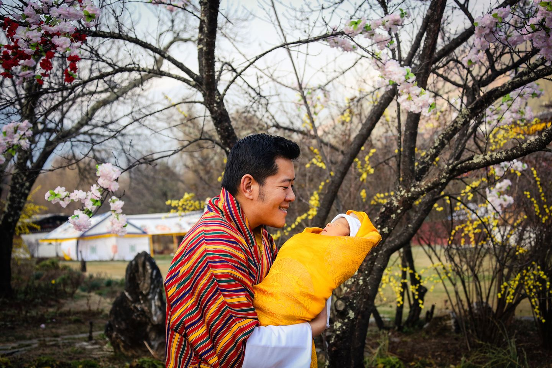 19. Februar 2016  Stolz zeigt sich der Neu-Papa mit seinem Sprössling vor dem Lingkana-Palast in Thimpu.
