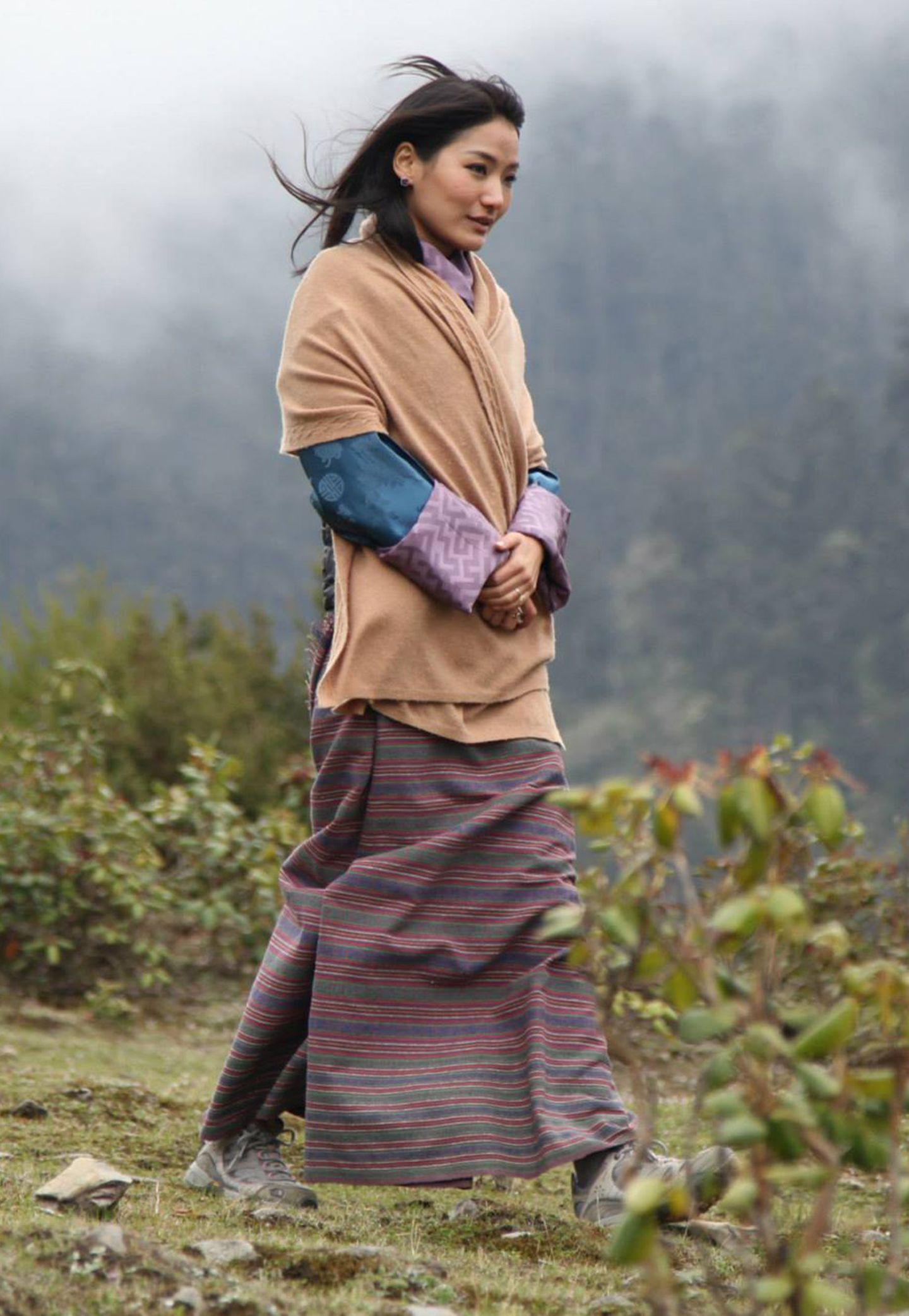 25. Mai 2015: Ein wunderschönes und naturverbundenes Foto: Königin Jetsun zeigt sich bei einer Wanderung in gedeckten Farben.