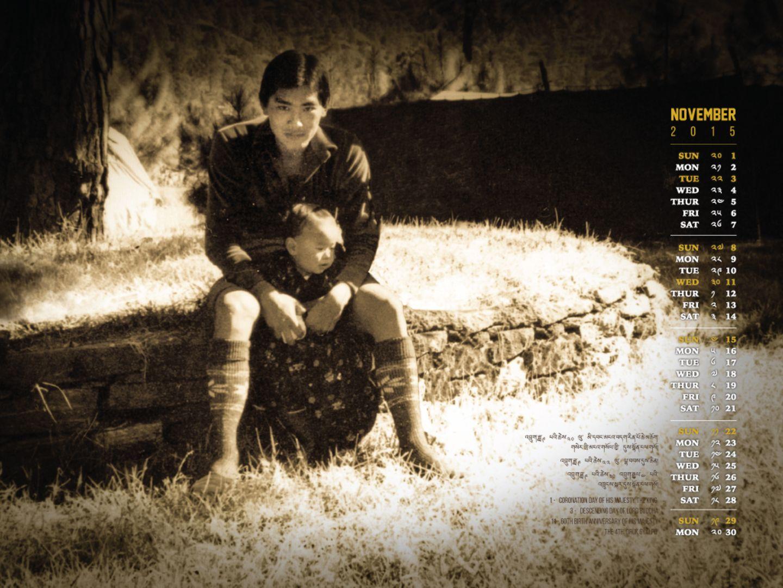Das Kalendarblatt von November ist dem Vater des Königs, dem vierten Drachenkönig gewidmet, der vor acht Jahren abdankte. Im November 2015 wurde Jigme Singye Wangchuck sechzig Jahre alt, das Bild zeigt ihn und seinen ältesten Sohn und jetzigen König, Jigme Khesar Namgyel Wangchuck, in dessen Kindheit.