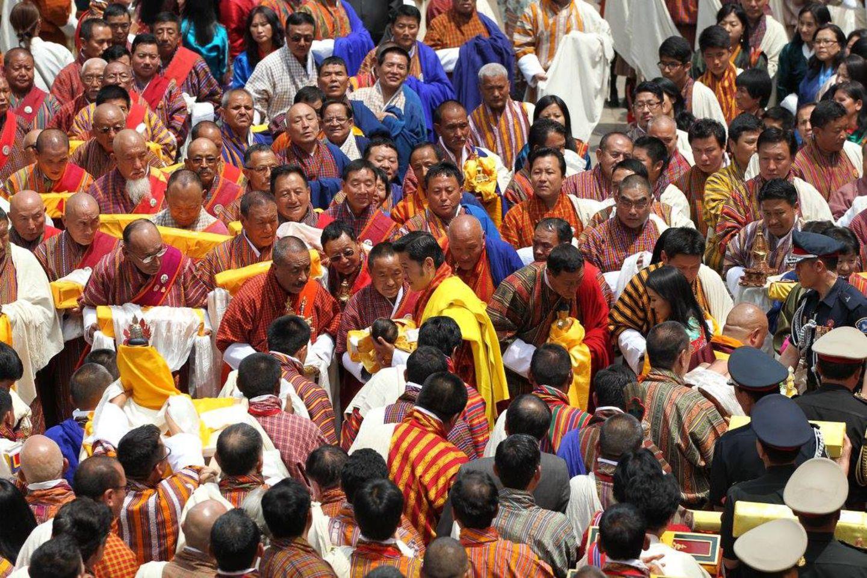 16. April 2016  Die Einwohner des Landes haben sich versammelt, um den Kronprinzen gemeinsam hochleben zu lassen. Das Königspaar präsentiert sich sehr volksnah.