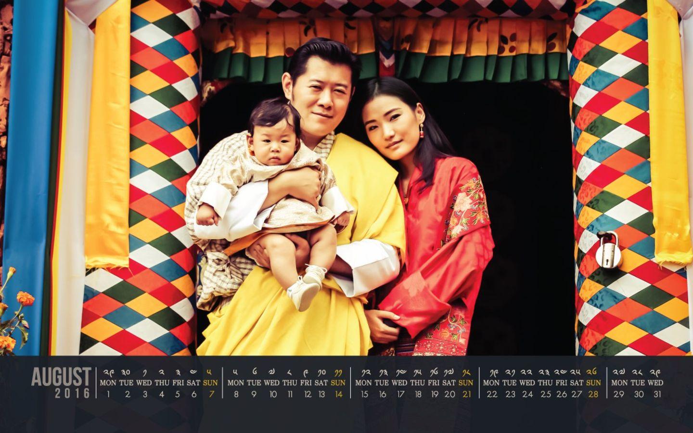1. August 2016  Die neue Kalenderseite ist da: Das Königreich Bhutan veröffentlich das Kalenderblatt für August. Darauf ist die royale Familie hübsch in Szene gesetzt.