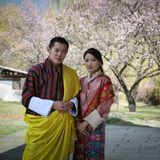 Auf dem April-Bild zeigen sich König Jigme und Königin Jetsun erneut in den Gärten.