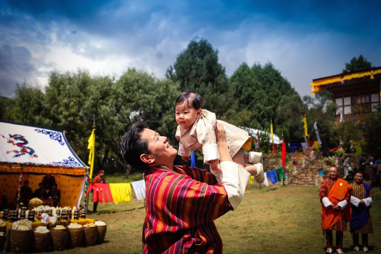 10. August 2016  Damit dem kleinen Kronprinzen Jigme Namgyel Wangchuck bei einem Termin in Bumthang nicht langweilig wird, widmet sich König Jigme Khesar seinem Sprössling und lässt ihn durch die Luft fliegen.