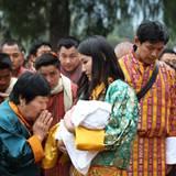 16. April 2016  Tausende beten nach der Zeremonie für den Kronprinzen.