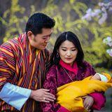 19. Februar 2016  Jigme und Jetsun präsentieren stolz ihren Sohn, den Kronprinzen von Bhutan.