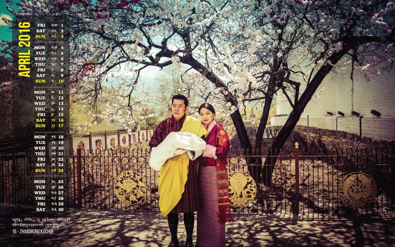 31. März 2016  Das Königspaar von Bhutan präsentiert seinen Desktop-Kalender für den Monat April. Wenn auch gut versteckt, darf der neugeborene Sohn natürlich nicht fehlen.