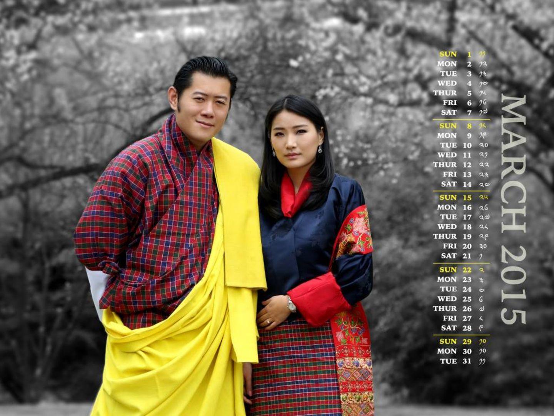 König JIgme und Königin Jetsun von Bhutan auf dem März-Kalenderblatt - vor Pfirsichbäumen in den königlichen Gärten.