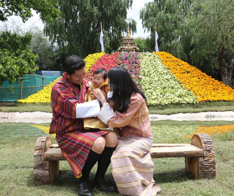 4. Juni 2016  Anlässlich des 26. Geburtstages von Königin Jetsun veröffentlicht das Königreich Bhutan neue Bilder mit Kronprinz Jigme Namgyel Wangchuck.