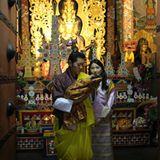 """15. April 2016  König Jigme und Königin Jetsun sind mit ihrem ersten Sohn, dem """"Gyalsey"""", in der Changangkha Lhakhang, einem Tempel in den Bergen. Am kommenden Tag findet die wichtige Namensgebungszeremonie statt."""