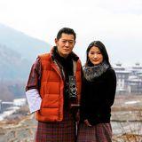 """Im Januar 2016 zeigt sich Bhutans Königspaar vor dem schneebedeckten Tashichhodzong. Es sei der erste Schnee in diesem Jahr, heißt es dazu auf Facebook. Und: """"Wir sind erfreut allen mitteilen zu können, dass Ihre Majestät bei bester Gesundheit ist und Ihre Majestäten sich auf die Geburt des Prinzen nächsten Monat freuen""""."""