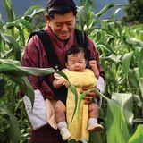 König Jigme Khesar+ Kronprinz Jigme Namgyel Wangchuck im Maisfeld