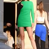 Petra Nemcova zeigt ihre schönen Beine im grün-schwarzen Mini-Kleid.