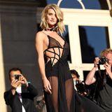 Rosie Huntington-Whiteley ist im sexy Versace-Kleid der Liebling der Fotografen.
