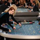 Julianne Moore macht ihr Spiel am Roulette-Tisch.