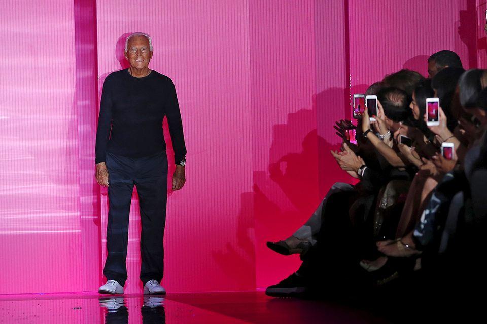 Star-Designer Giorgio Armani holt sich seinen verdienten Applaus in sportlichem Outfit ab.