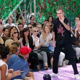 Dior-Designer Raf Simons holt sich wie immer schüchtern seinen verdienten Applaus ab.