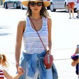 Hüftgold! Jessica Alba trägt ihr Hemd auf die bequeme Art und Weise. Sie bindet ihr Jeanshemd locker-lässig um die Hüften und zeigt, dass das ziemlich gut aussehen kann.