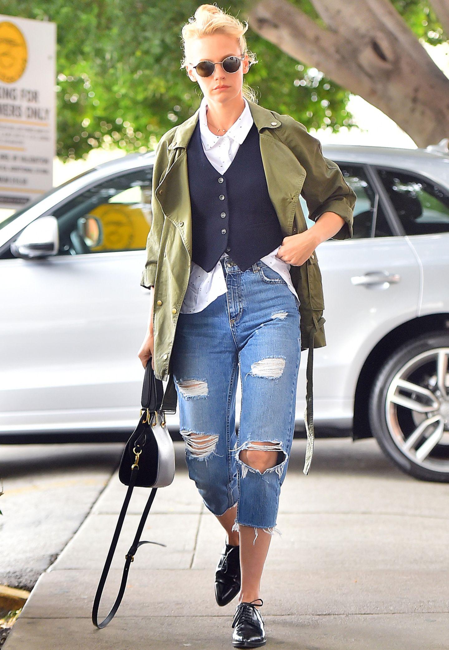 Cool hoch zwei! Platz da, hier kommt January Jones! Die Schauspielerin trägt ihr Hemd im oberlässigen Boyfriend-Look. Das weiße Hemd lugt locker unter der Weste hervor und sieht in Kombi mit Parka und Cut-off-Jeans alles andere als spießig aus.