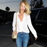Hot, hotter, Rosie! Topmodel Rosie Huntington-Whiteley gewinnt mal wieder das Rennen. Aus einem weißen Hemd, Jeans und Sommersandalen macht sie ein Knaller-Outfit. Nur den vorderen Teil des Hemdes in den Jeansbund stecken, denn dadurch wird die Taille betont. Besonders sexy wird es, in dem man einen Hemdknopf mehr öffnet.