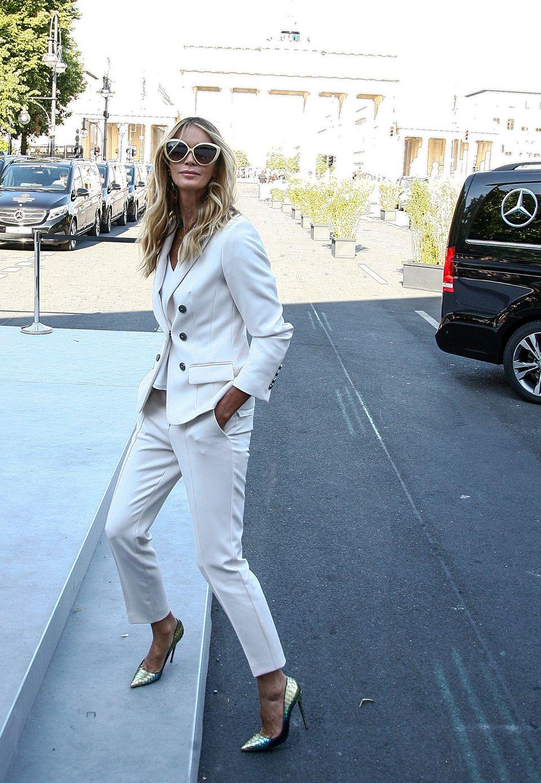 Supermodel Elle MacPherson ist im eleganten Anzug auf dem Weg zur Show von Marc Cain.