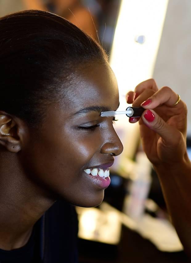 Starvisagistin Loni Baur zeichnet für das Make-up der Models der Lala-Berlin-Show verantwortlich: Die Augenbrauen werden mit Gel fixiert und die Lippen nur zart betont.
