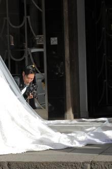 """Als Nicky Hilton das Londoner Luxushotel """"Claridge's"""" verlässt, kann man erstmals ihr opulentes Brautkleid in voller Pracht bewundern."""