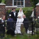 Jetzt sind Nicky Hilton und James Rothschild Mann und Frau. Das frisch vermählte Paar posiert für die Fotografen.