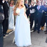 Schwester Paris Hilton ist Brautjungfer und sieht in ihrem pastellblauen Kleid beinah brav aus.