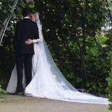 Nach der Zeremonie genießt das Brautpaar einen stillen Moment zu zweit.