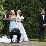 Die Braut braucht noch einmal Hilfe mit ihrem Kleid.