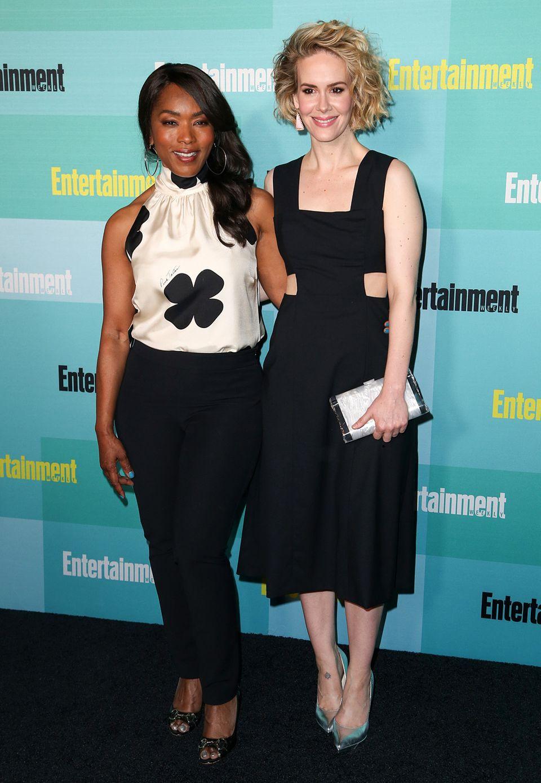 Angela Bassett und Sarah Paulson scheinen sich mit ihrer schwarz-weißen Farbkombination abgesprochen zu haben.