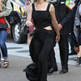 """Bei der Vorstellung von """"The Hunger Games: Mockingjay, Teil 2"""" zeigt Jennifer Lawrence ihre schönen Hüften im schwarzen Cut-Out-Dress von Louis Vuitton."""
