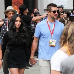 Olivia Munn kommt Hand in Hand mit ihrem Lover Aaron Rodgers.