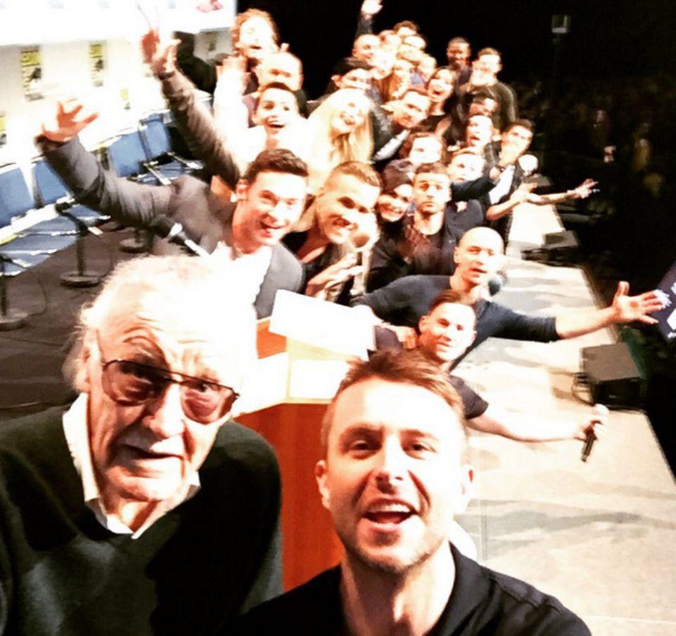 Es ist DAS Superhero-Selfie: Mehr als zehn Superhelden-Darsteller - darunter Hugh Jackman, Jennifer Lawrence, Ryan Reynolds, James McAvoy, Olivia Munn, Kate Mara und Michael Fassbender - bekommt Moderator Chris Hardwick für diesen Schnappschuss vor die Linse. Damit macht er glatt Ellen DeGeneres' Oscar-Selfie von 2014 Konkurrenz.